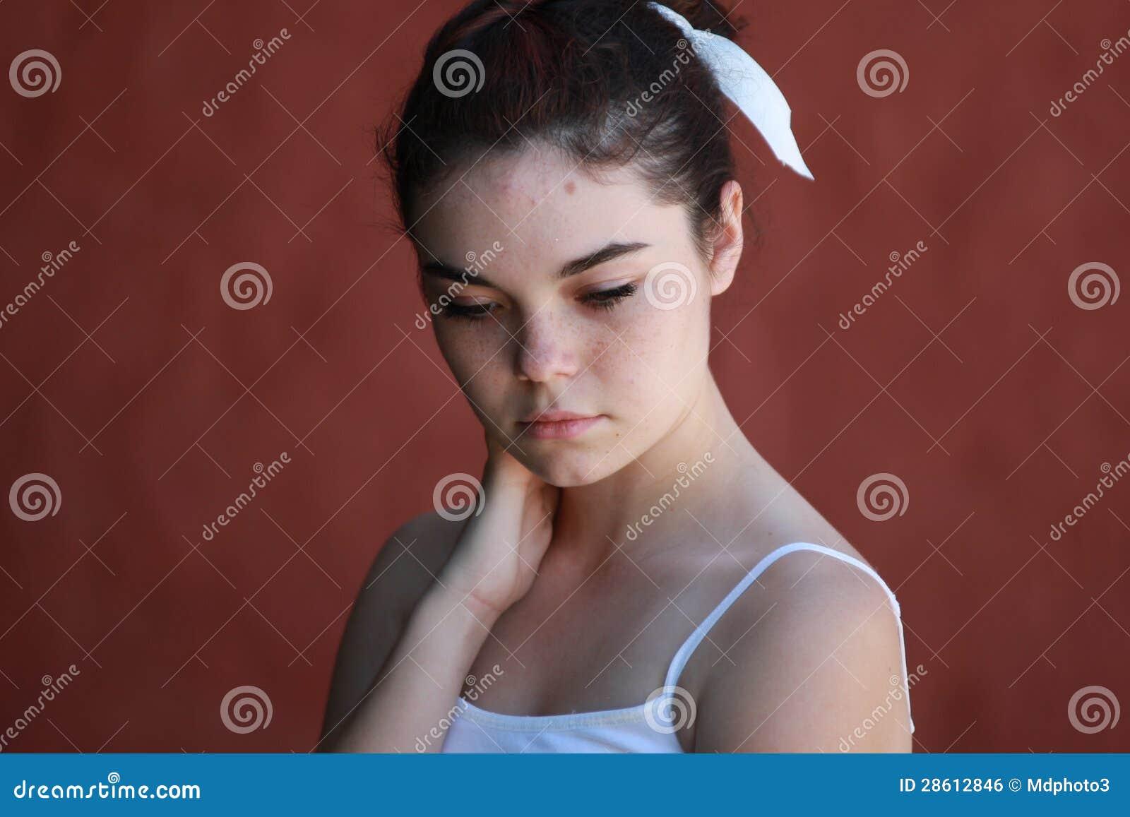 Pensamiento adolescente reservado de la muchacha