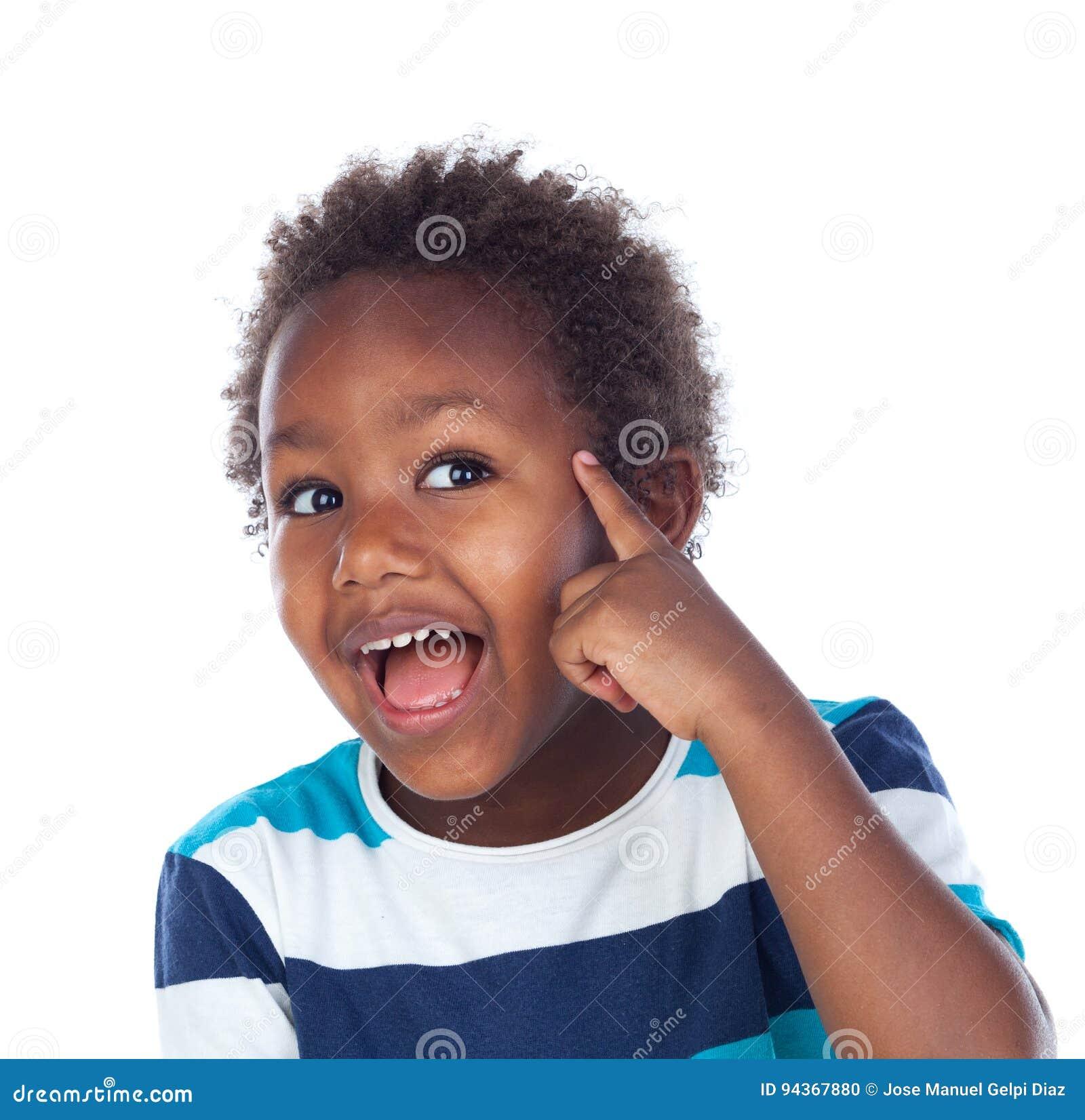 Pensamiento afroamericano adorable del niño