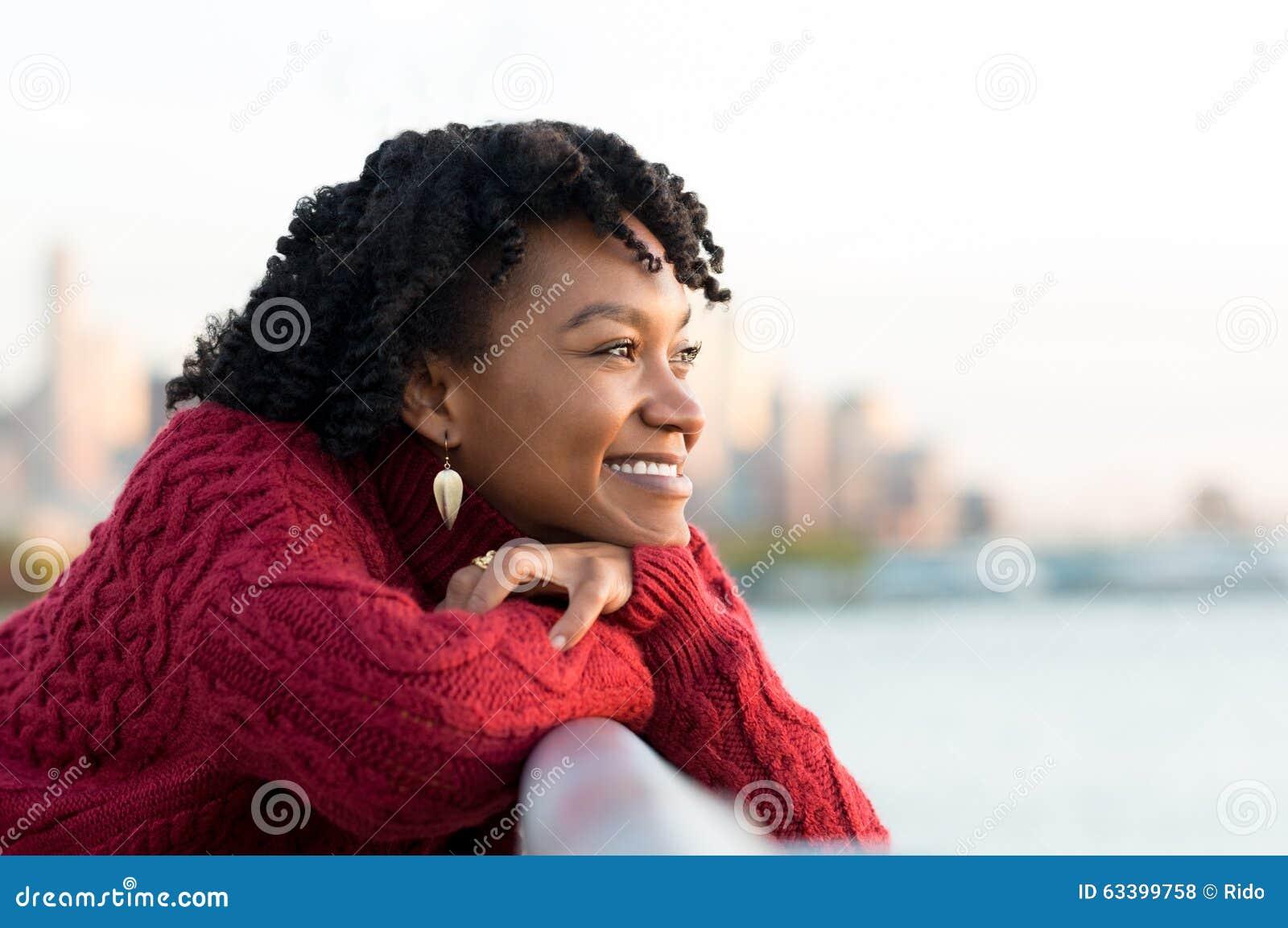 Pensamiento de la mujer al aire libre