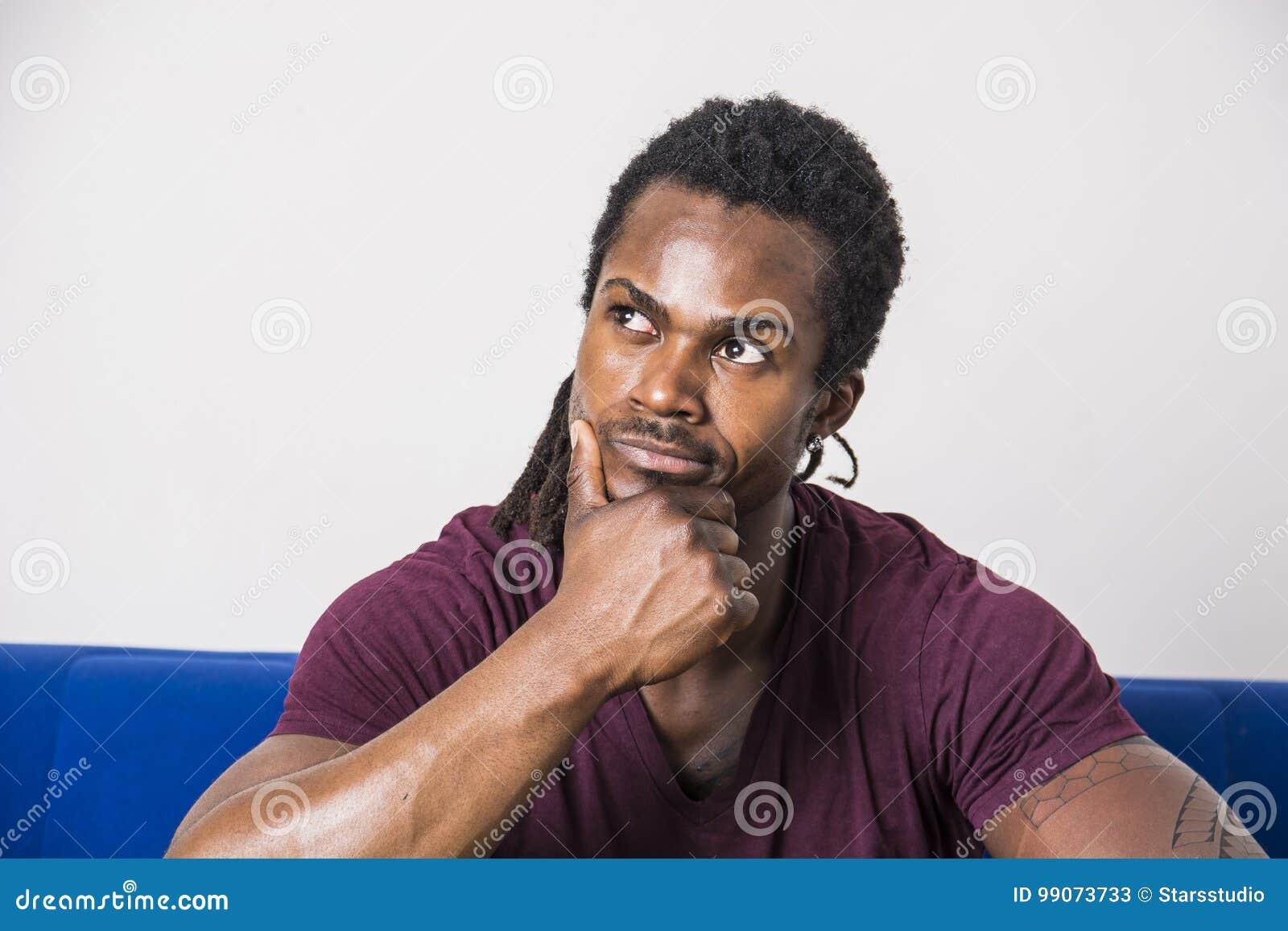 Pensamiento dudoso hermoso del hombre negro