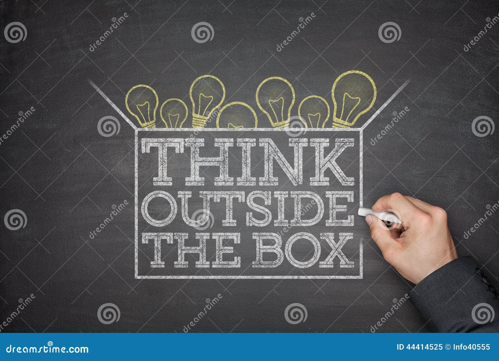 Pense fora do conceito da caixa no quadro-negro