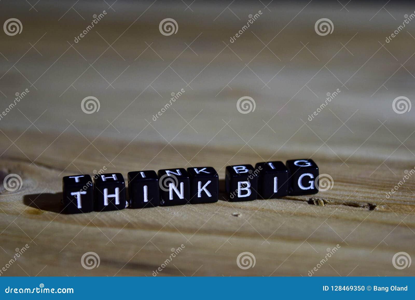 Pense grande em blocos de madeira Conceito da motivação e da inspiração