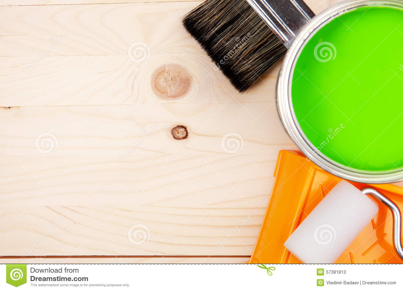 Penselen en groene verfemmer