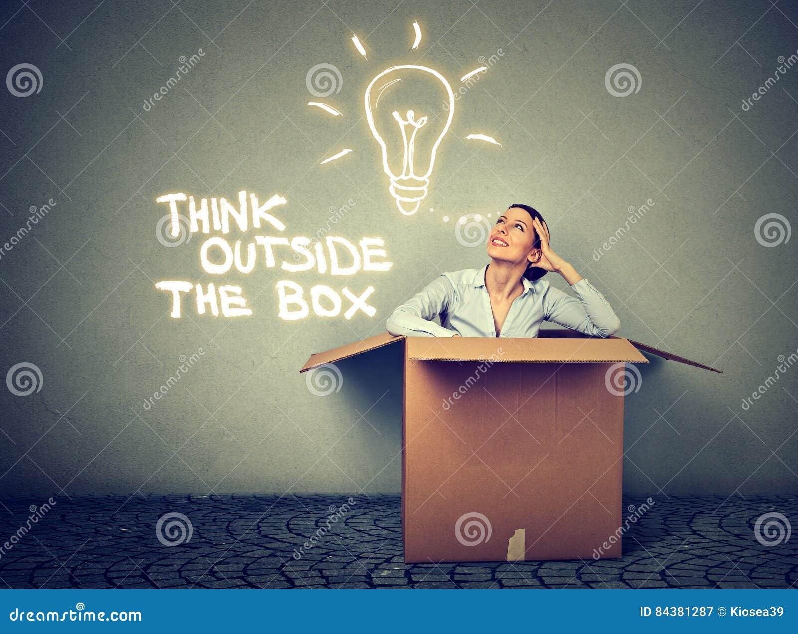 Pensi fuori della casella Donna che esce da scatola con la grande idea