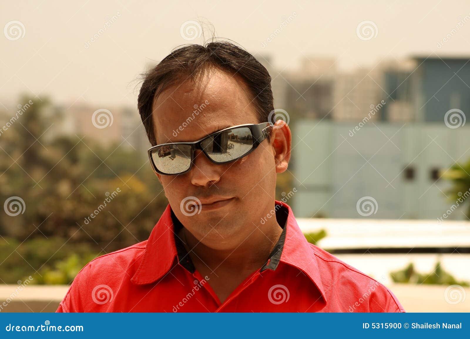 Download Pensieri scuri fotografia stock. Immagine di sunglasses - 5315900