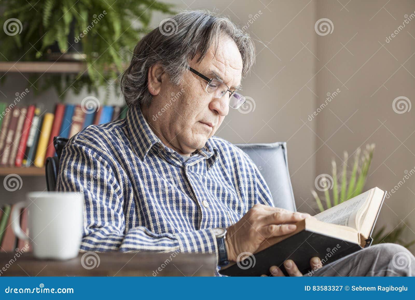 Pensionär för bokmanavläsning