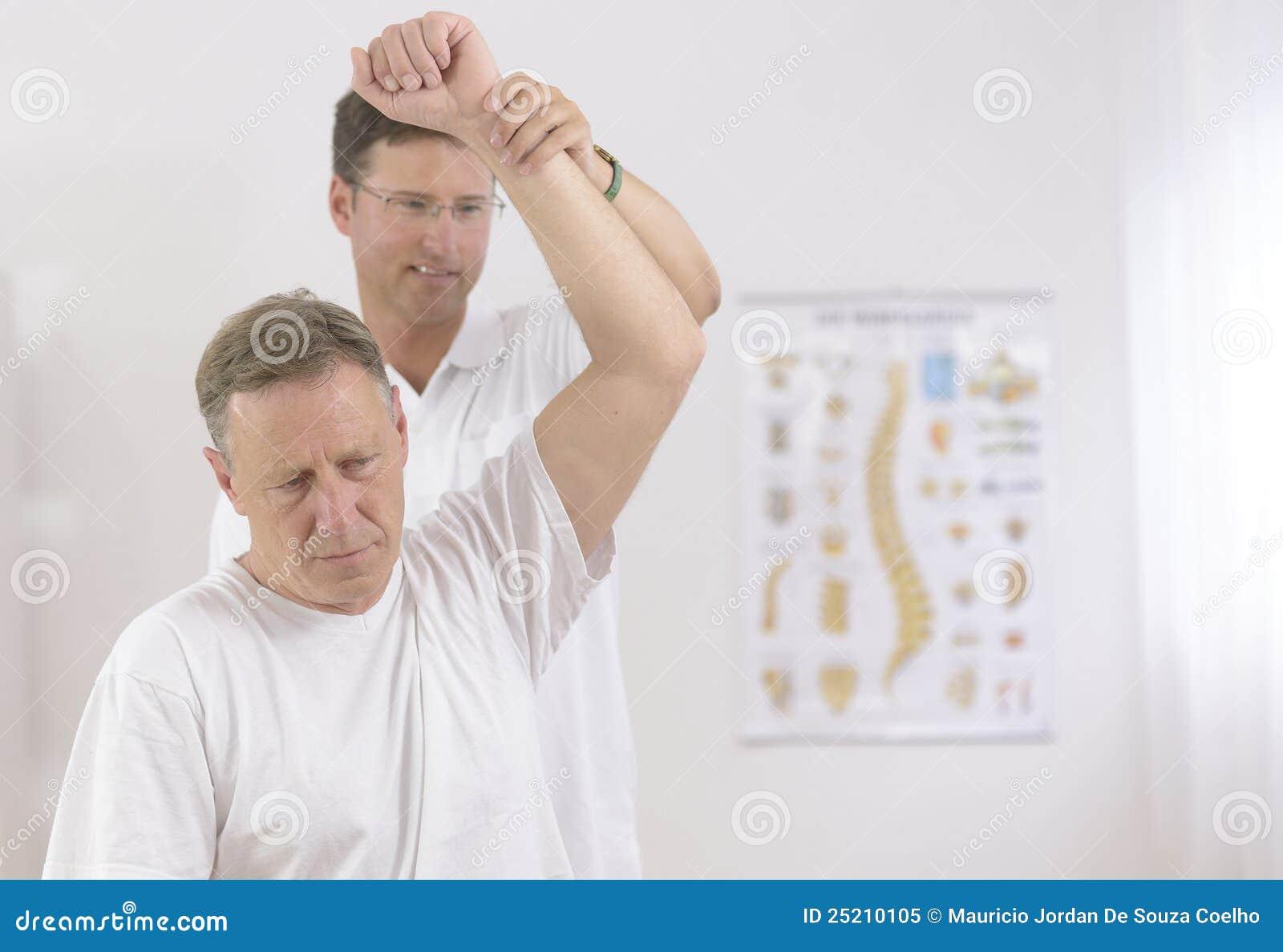 Pensionär för manphysiotherapistsjukgymnastik