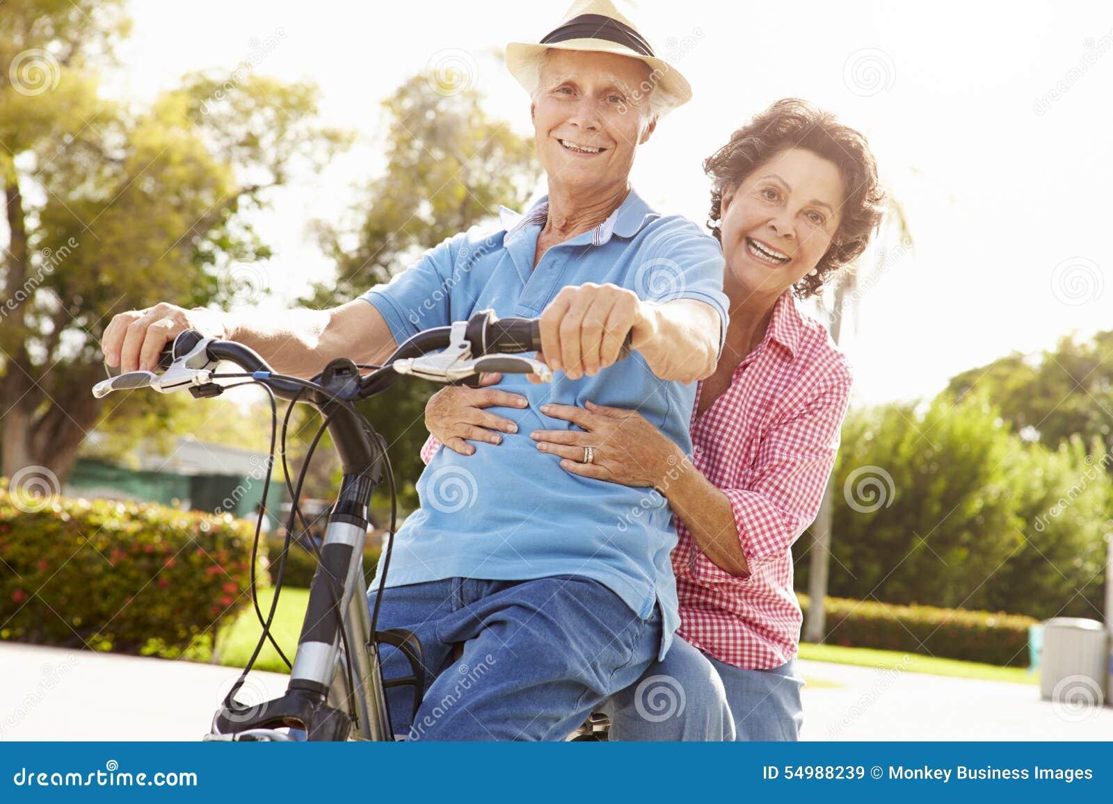 Pensionär för ridning för park för cykelpar latinamerikansk