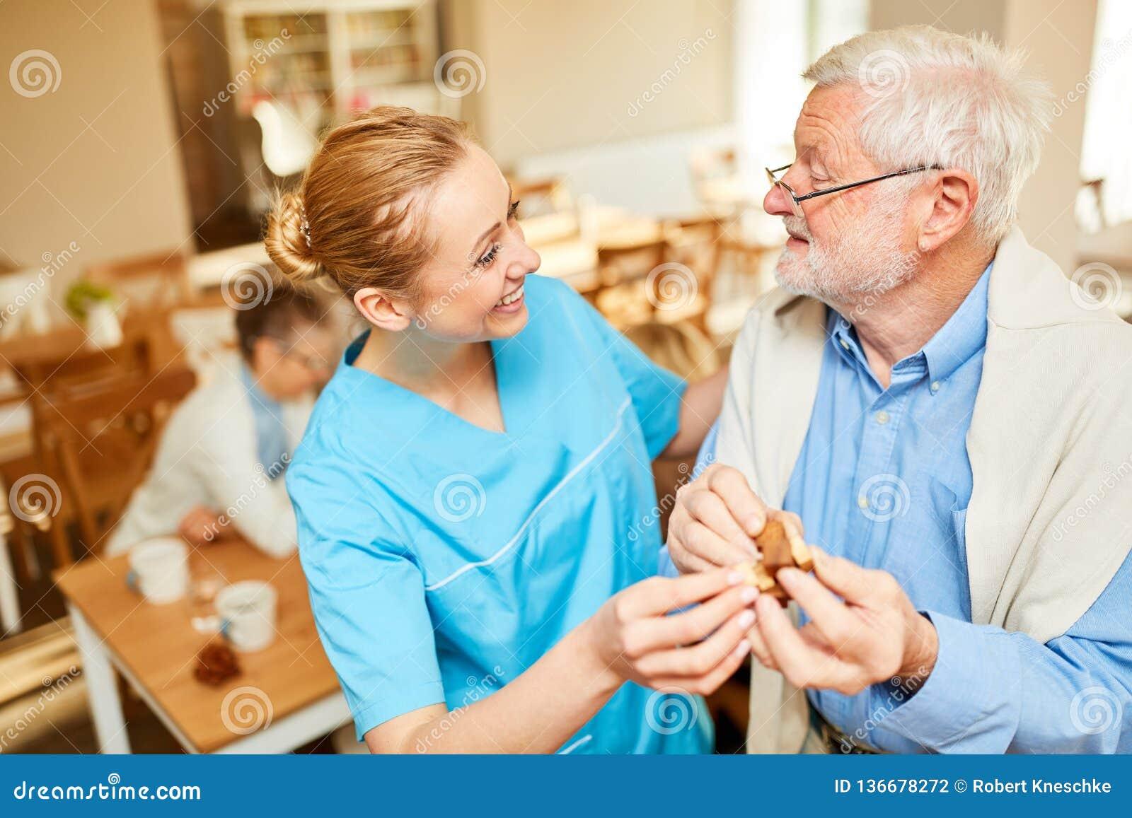 Pensionär för vårdhemomsorg med demens