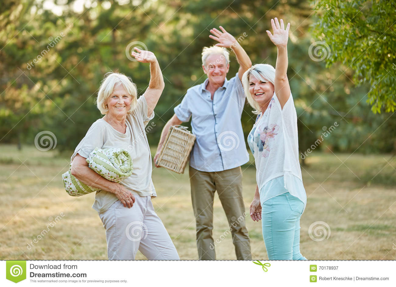 Pensionärer gör ett picnnic och en våg