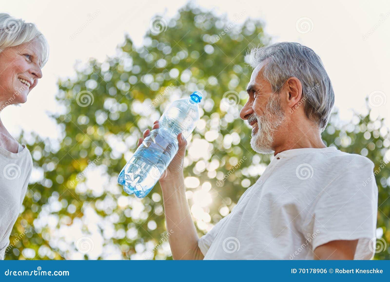 Pensionärer som dricker från en vattenflaska
