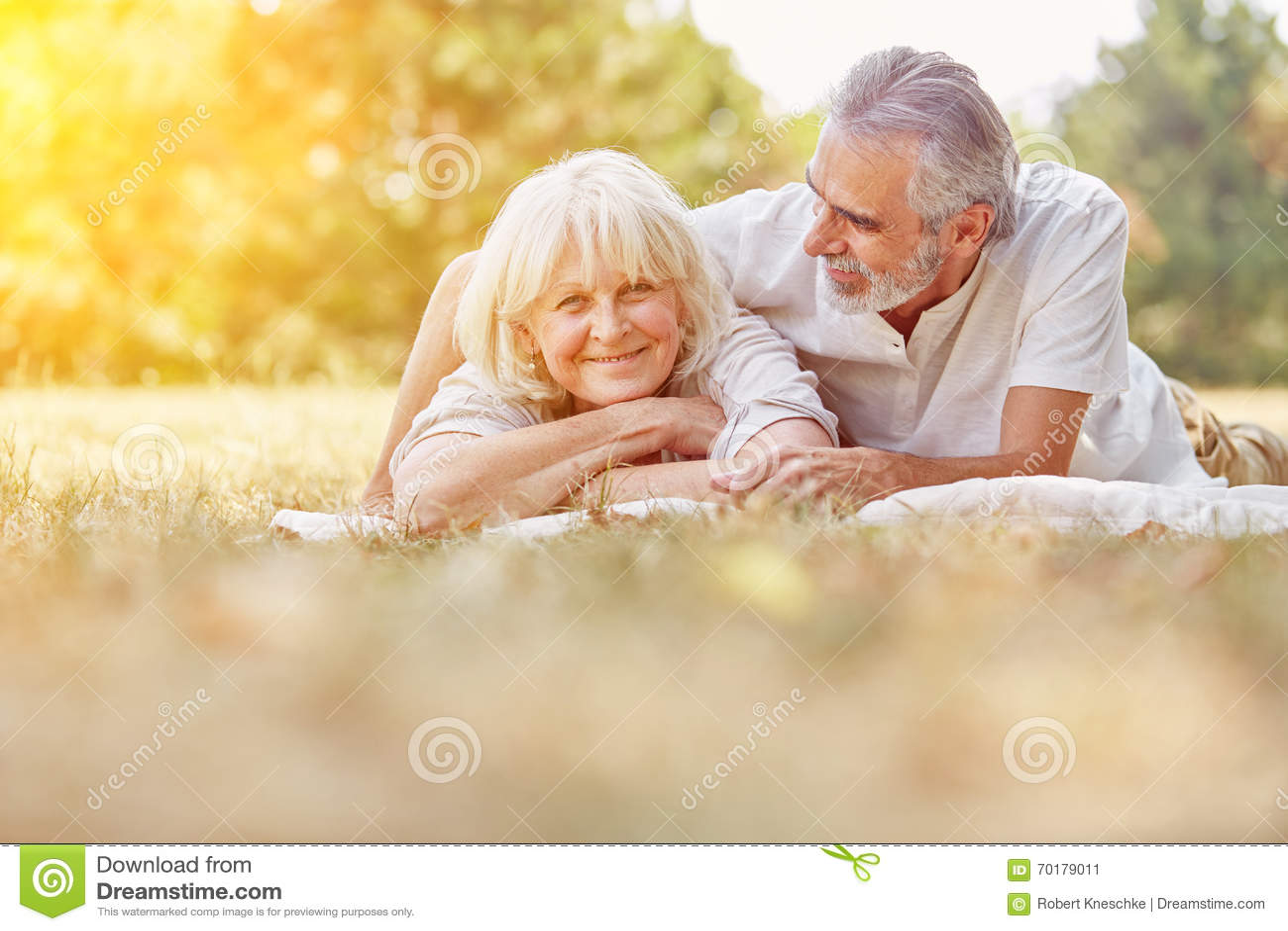 Pensionärer som kopplar av i sommar