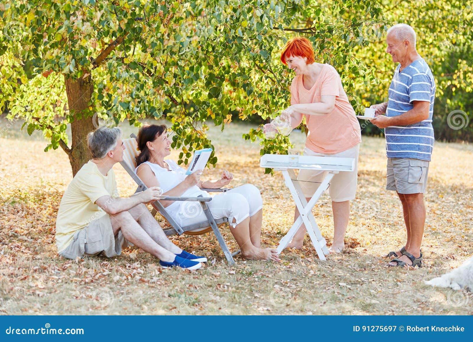Pensionärer som kopplar av på parkera