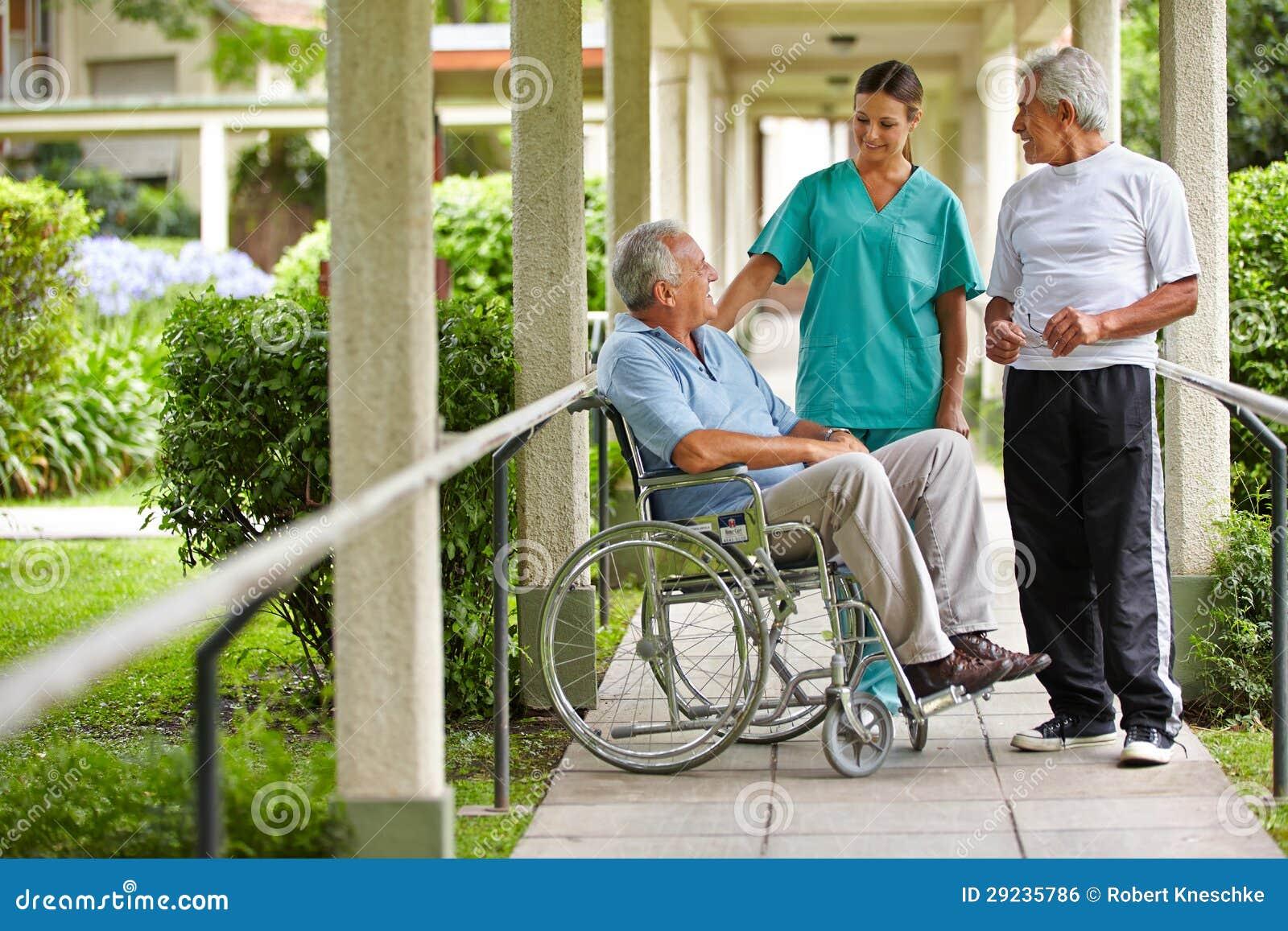 Pensionärer som talar till sjuksköterskan