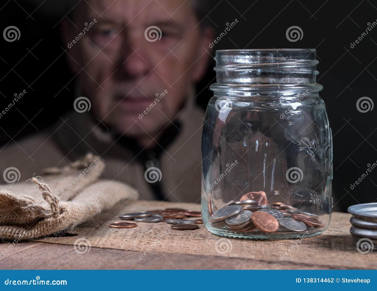 Pensionerad caucasian man för pensionär som ser resterande besparingar
