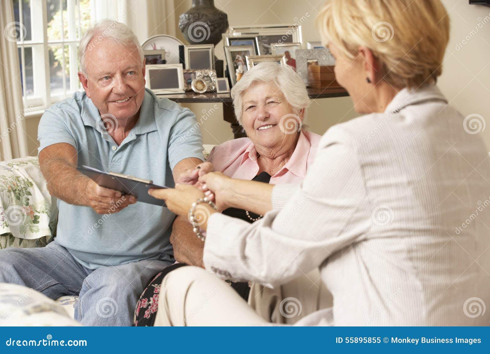 Pensionerat högt parsammanträde på Sofa Talking To Financial Advisor