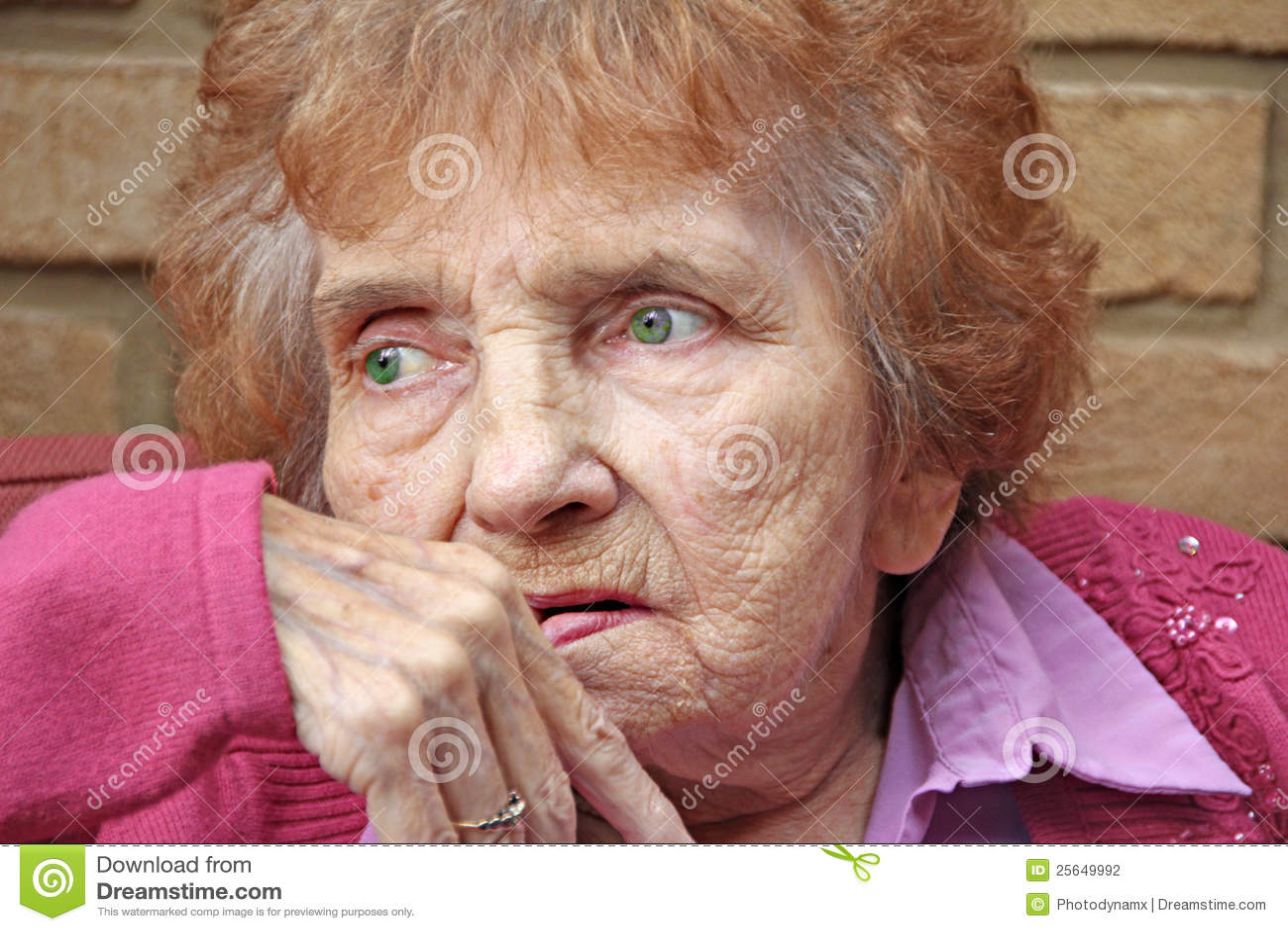 Pensionista de mirada vulnerable ansioso