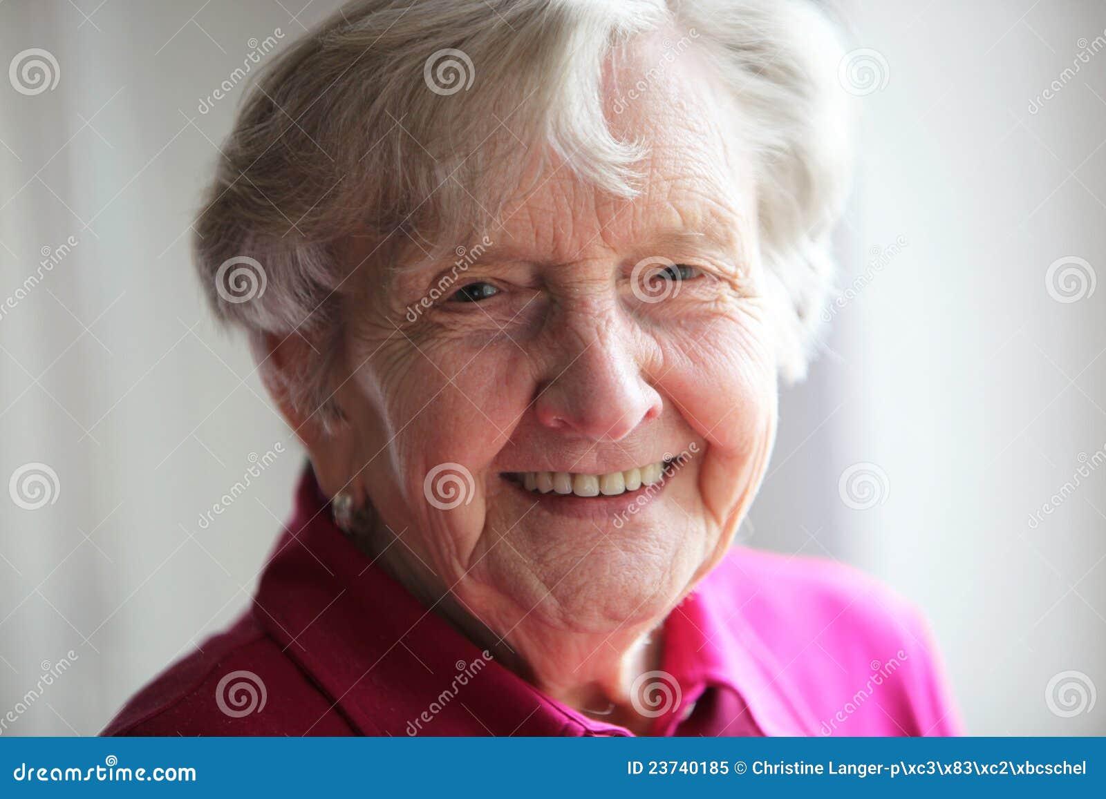 Pensionista idoso com sorriso bonito