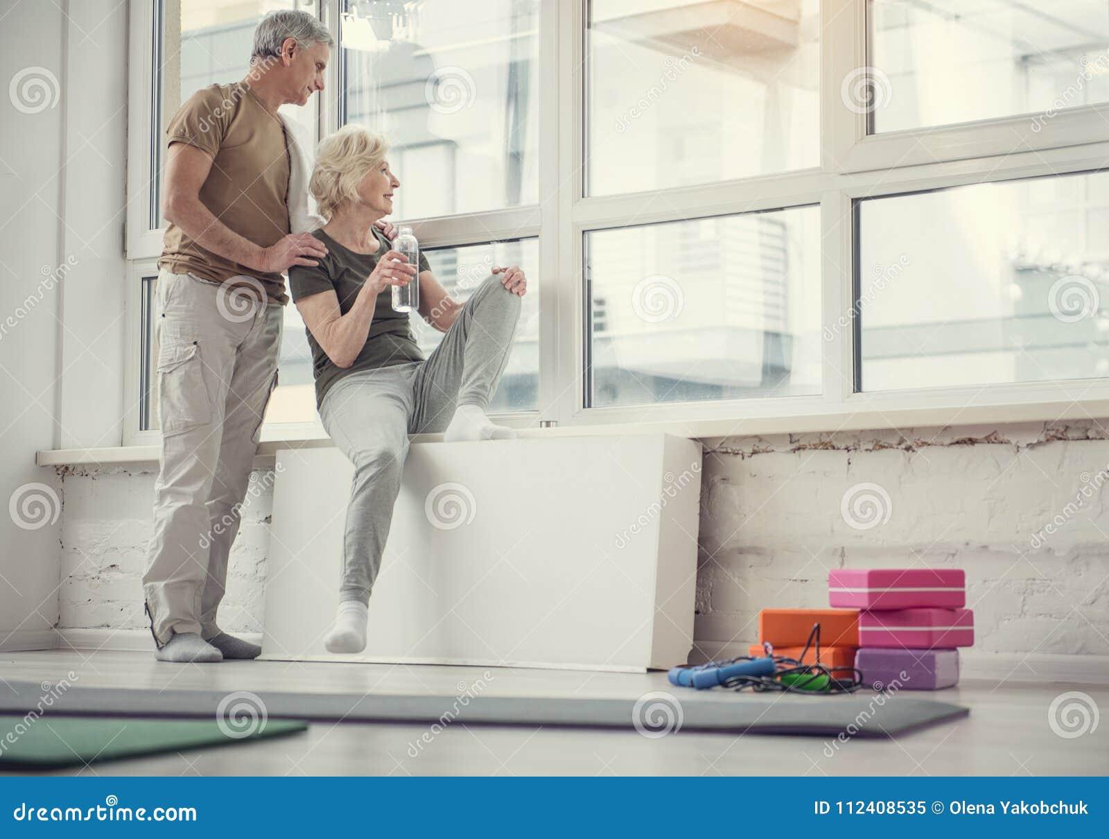 Pensionistas juguetones que tienen pasatiempo activo