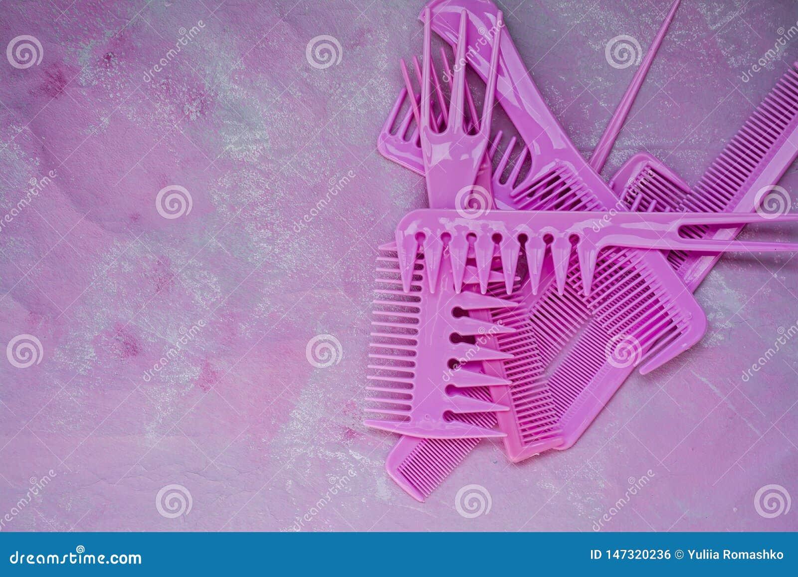 Pente brilhante cor-de-rosa para cabeleireiro Bar da beleza Ferramentas para os penteados Fundo cor-de-rosa barbershop Grupo de e