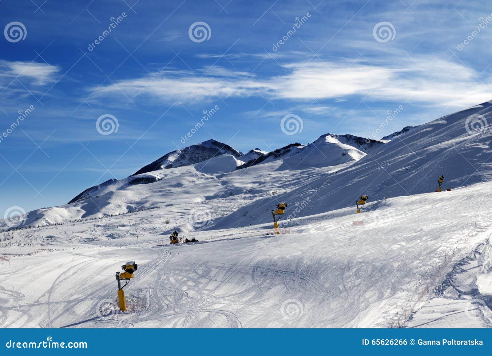Pente de ski avec snowmaking au matin du soleil