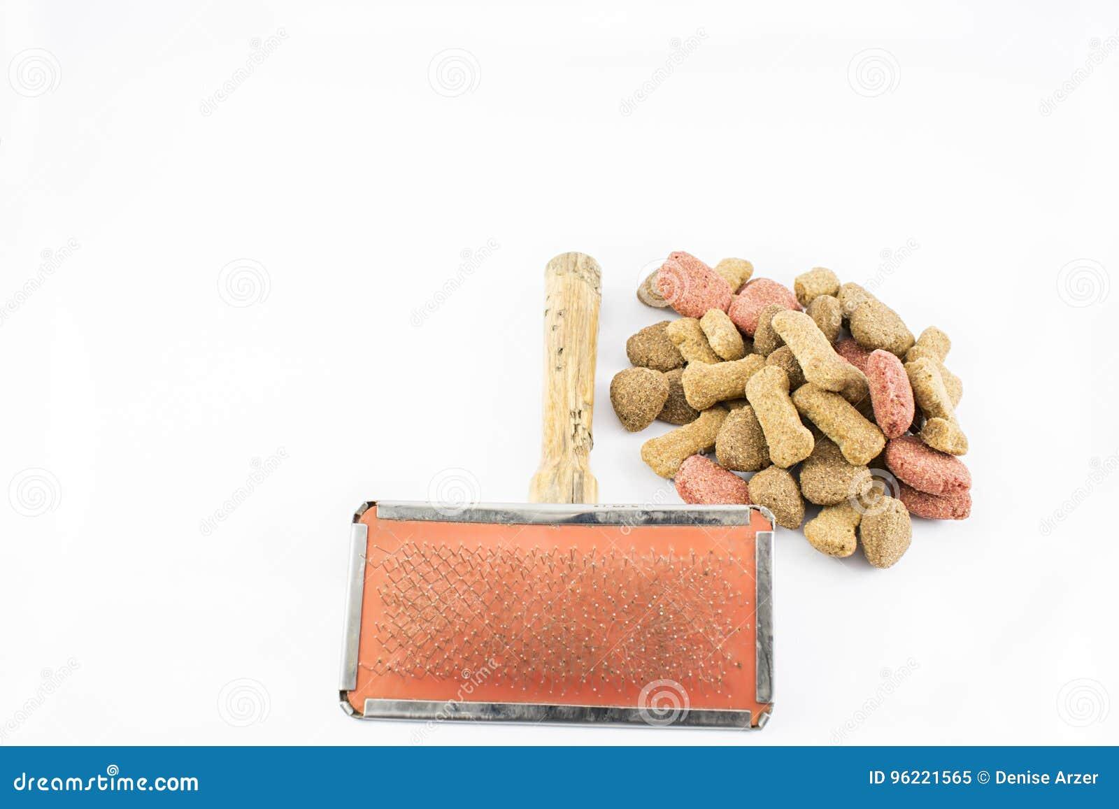 Pente e alimento para cães