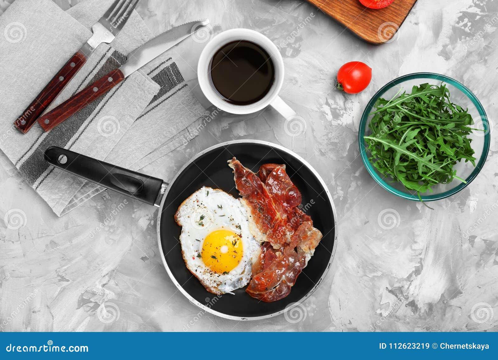 Pentola con l uovo fritto ed il bacon