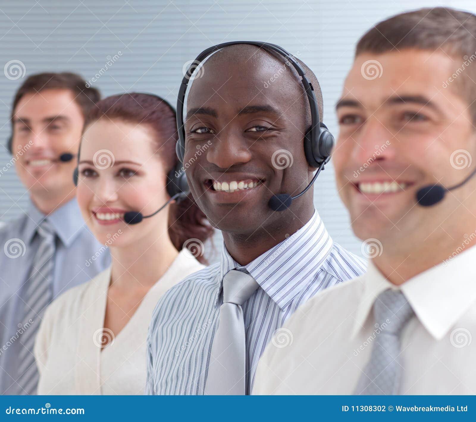 Peolple vier in einem Kundenkontaktcenter