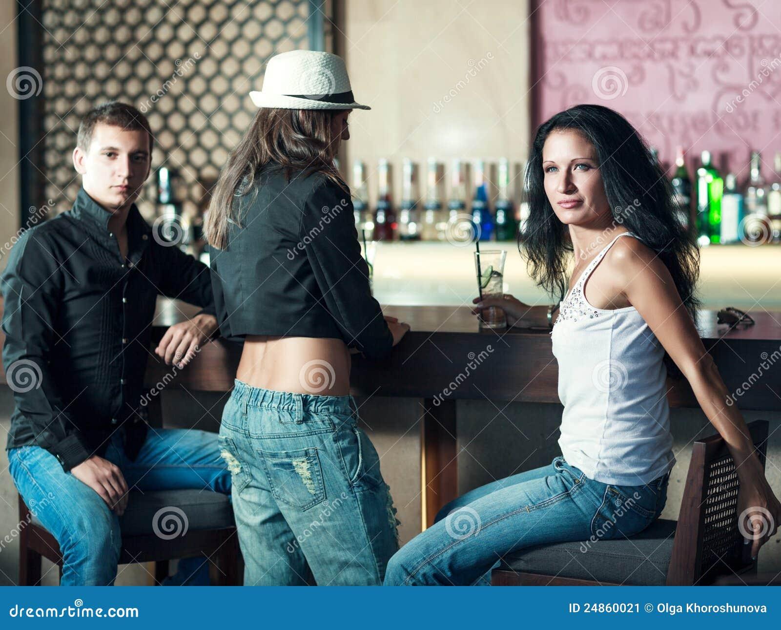 Фото парней у барной стойки 6 фотография
