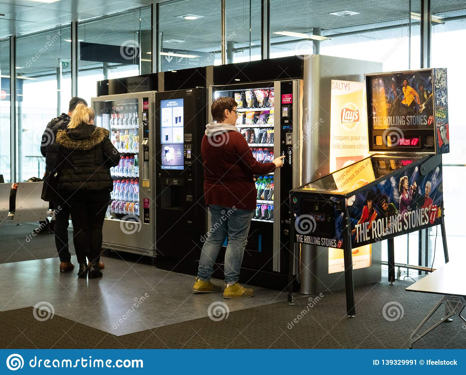 People Buying Food And Snacks Airport Vending Machine ...
