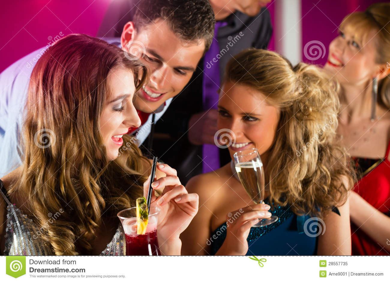 Парень с двумя девушками в клубе фото