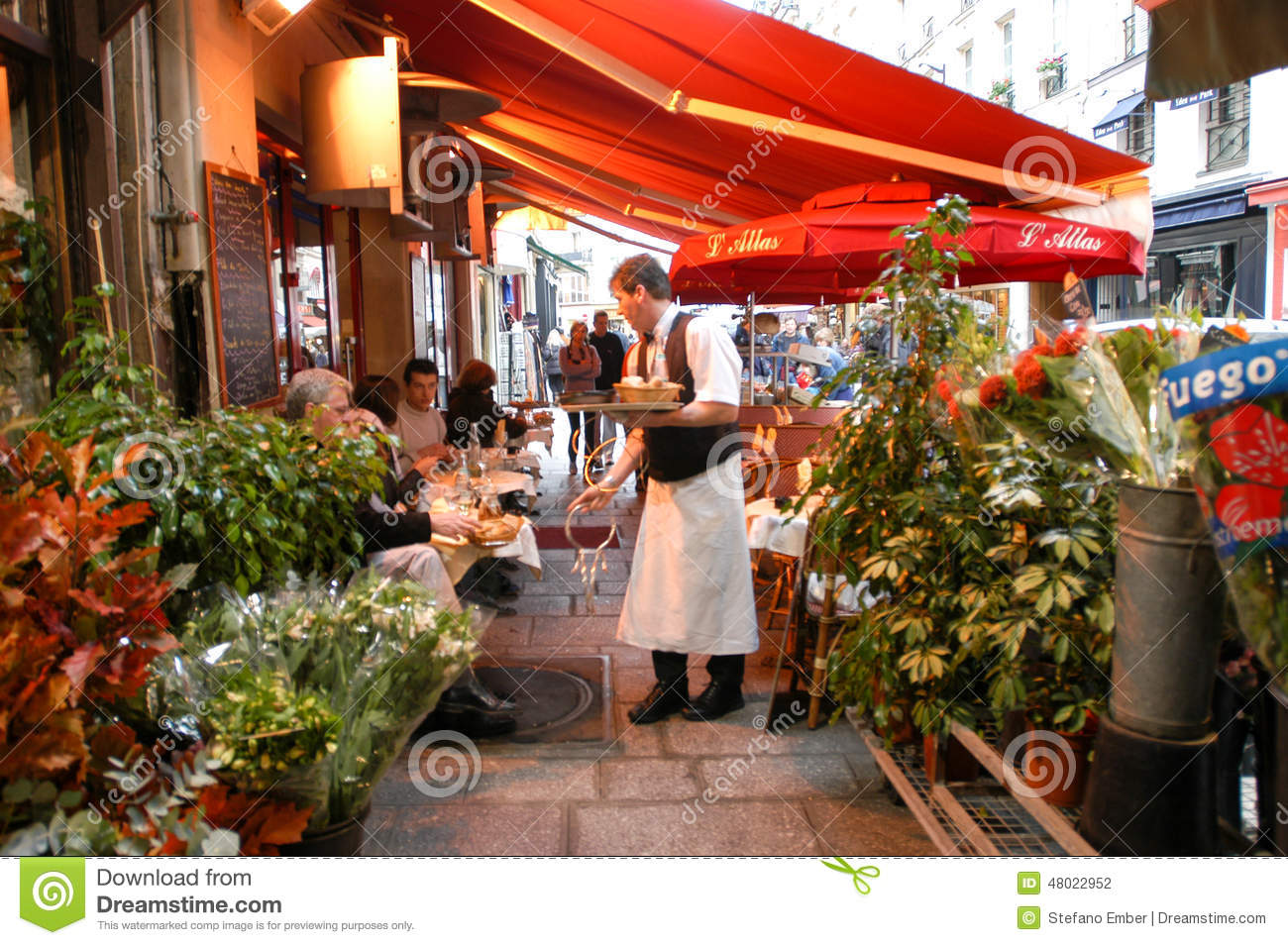 People eating and drinking in a street restaurant of paris for Restaurant cuisine francaise paris