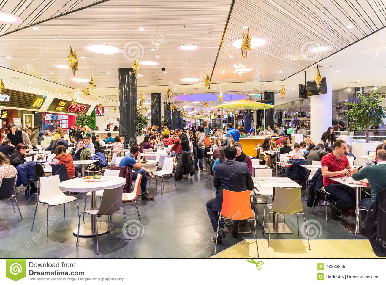 People eating fast food in shopping mall restaurant for Amenagement cuisine restaurant