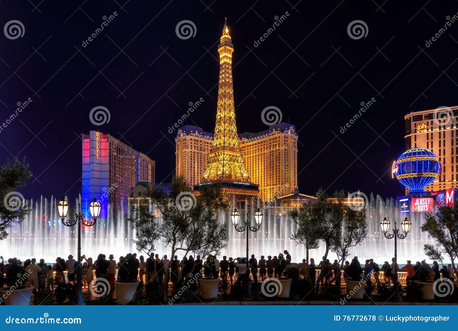 People enjoy Bellagio fountain show at Paris hotel