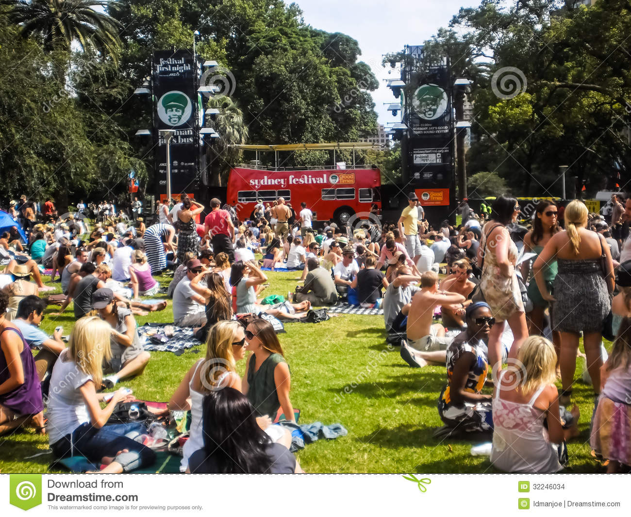 People Enjoy Music In Hyde Park Editorial Stock Image