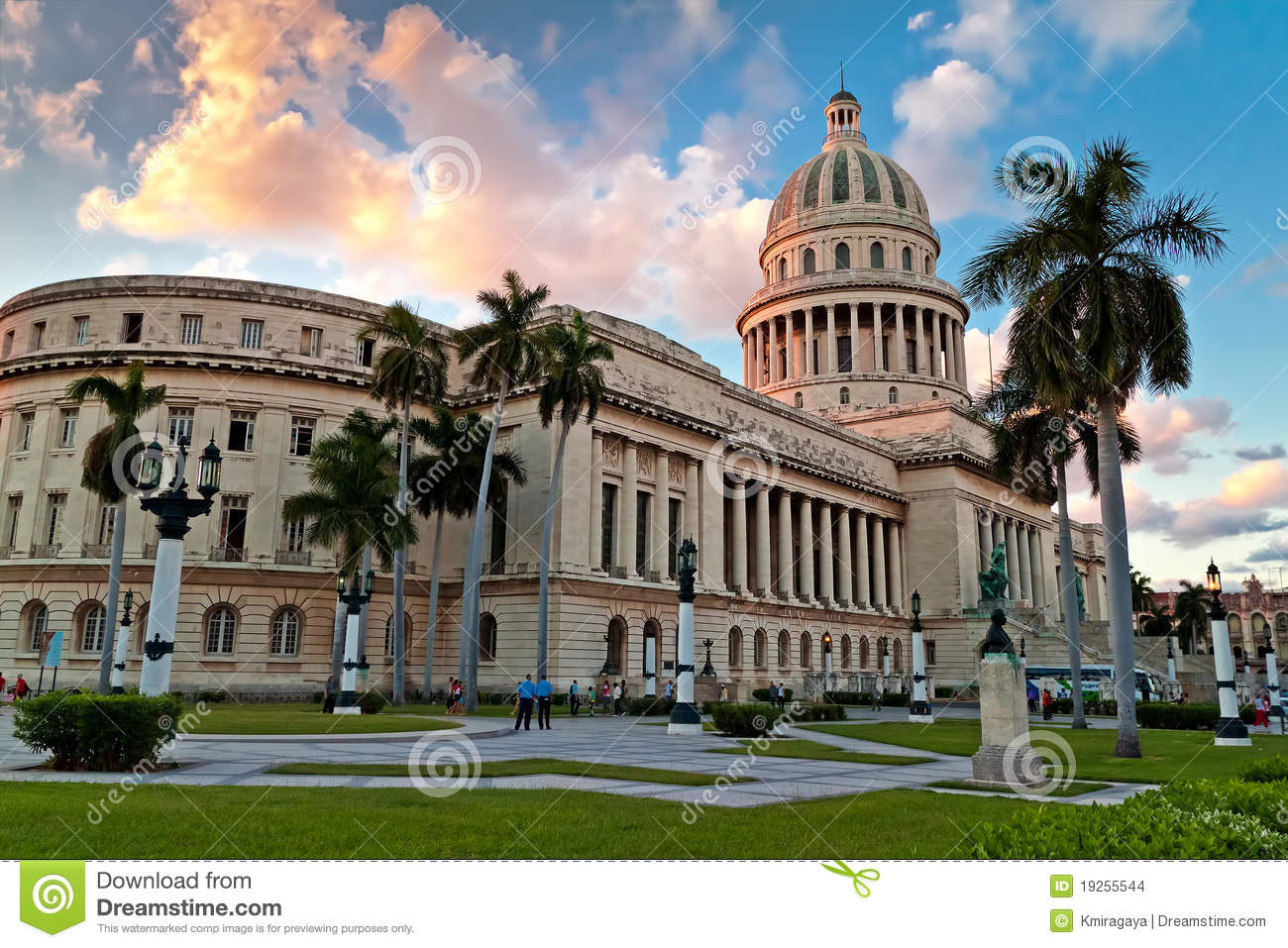 People In The Gardens Of The Capitol In Havana Editorial