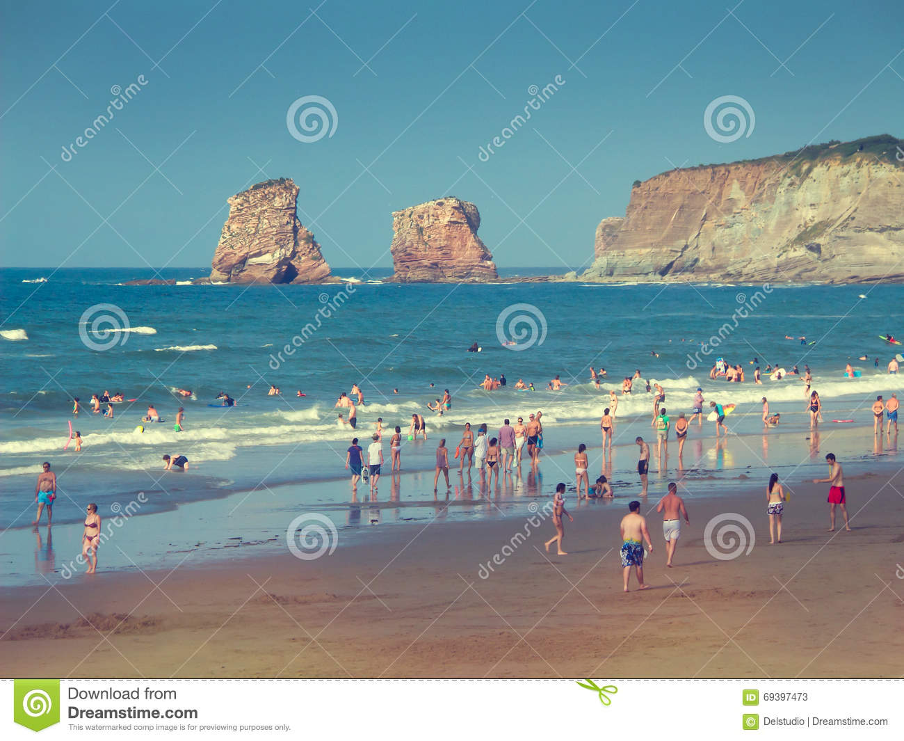 People on hendaye beach in france the twins rocks for Hendaye france
