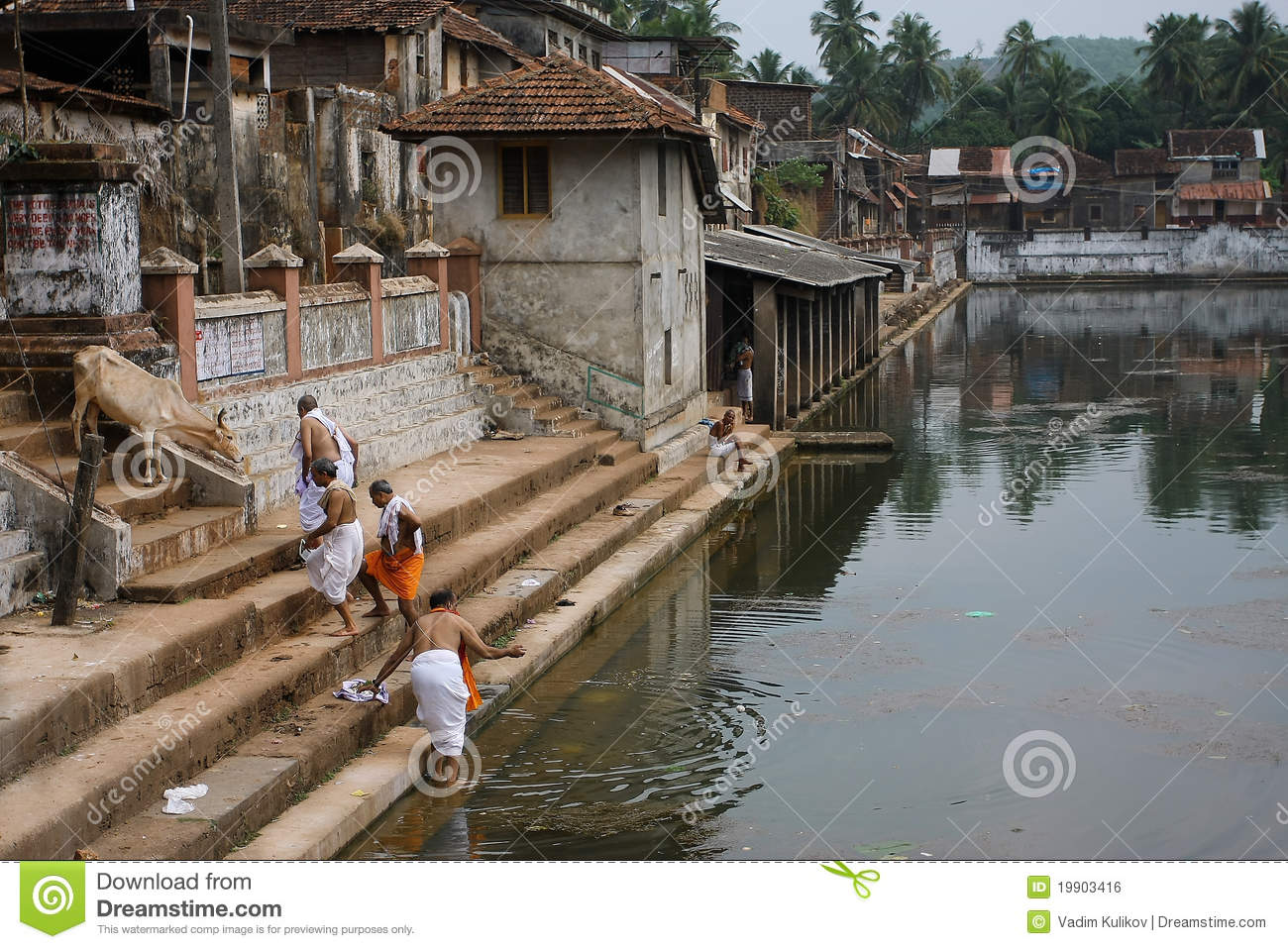 people-near-water-tank-ancient-indian-city-19903416.jpg