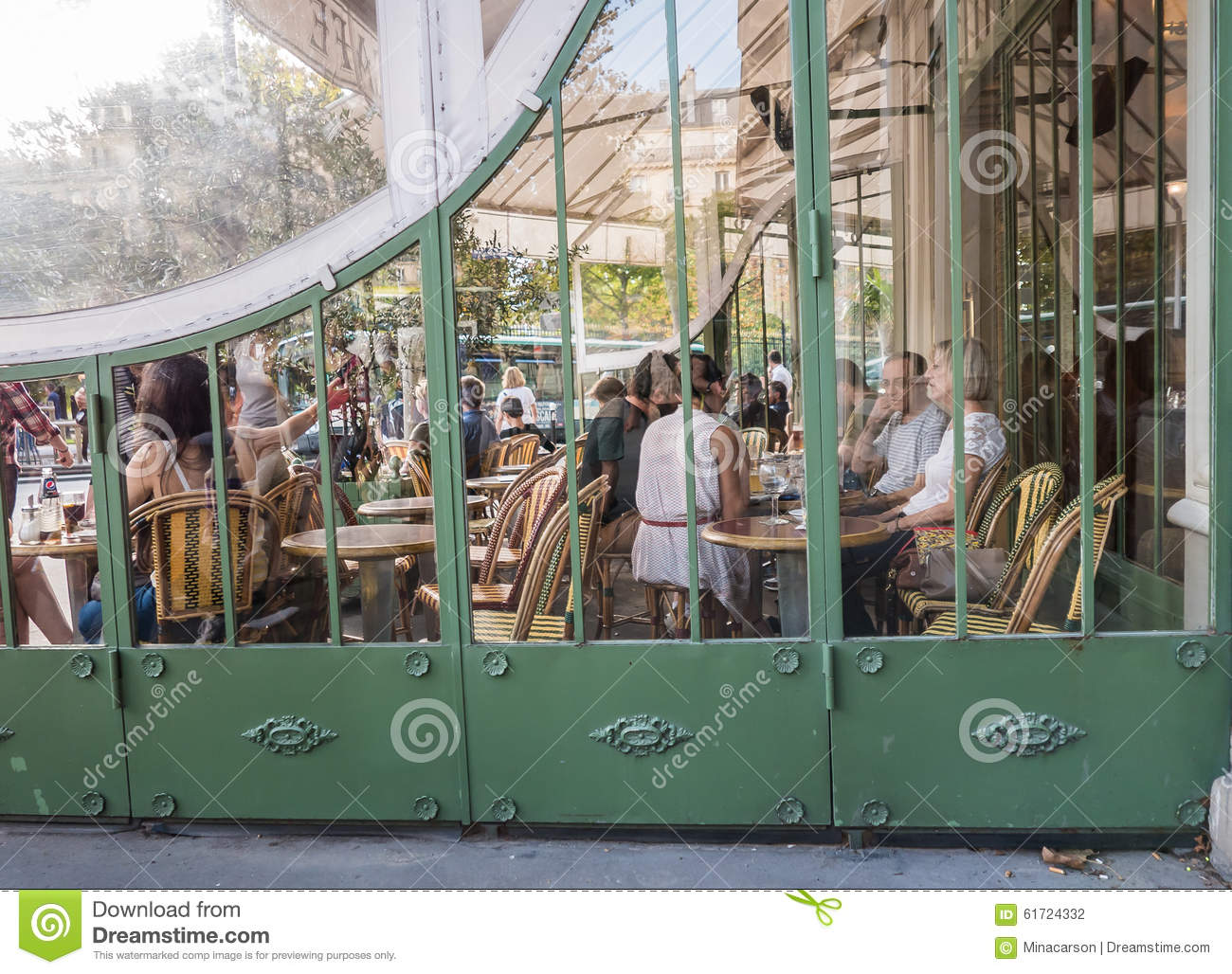 People relax at busy cafe across from jardin de luxembourg for Diner jardin paris