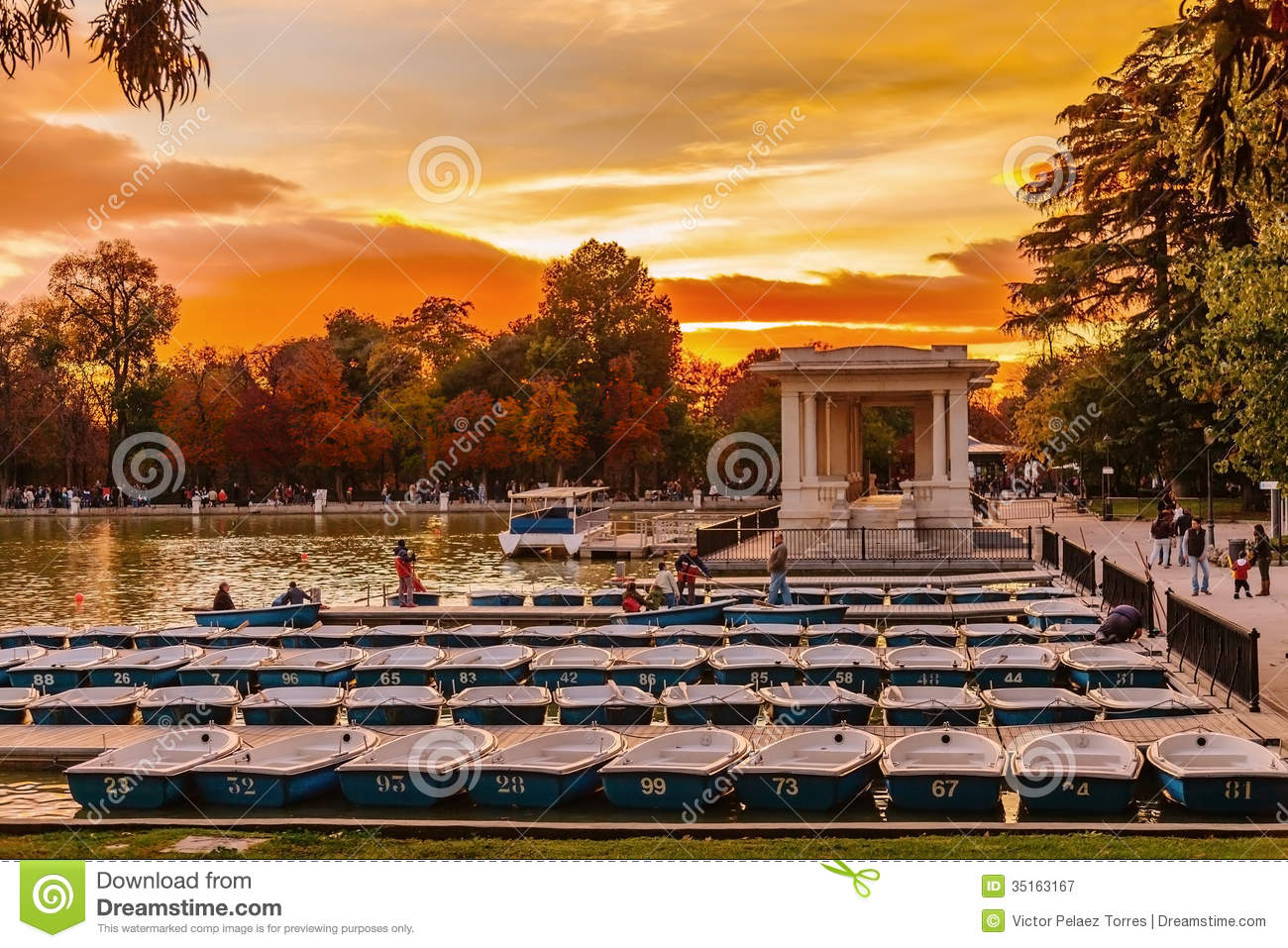 People Relaxing In Rowboats In The Scenic Pond Of Buen Retiro Pa Editorial Ph...