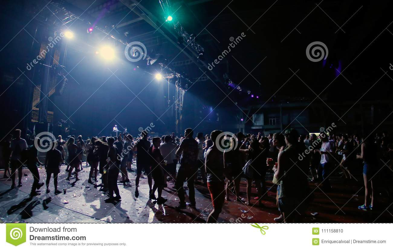People waiting for the live show at Sonar night wide