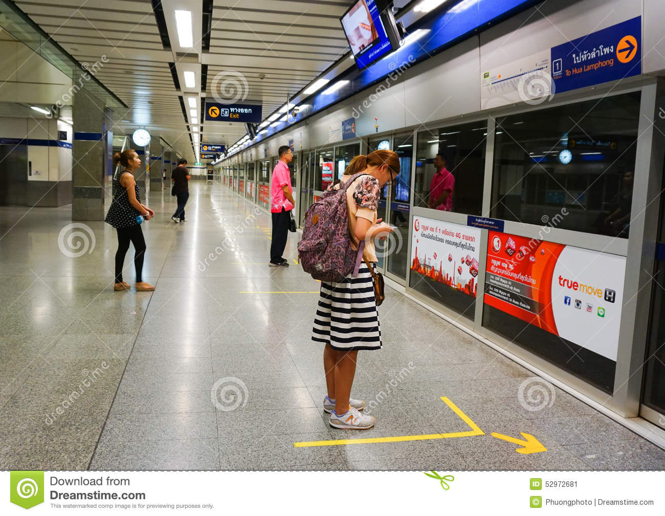 People Waiting For Subway Train Editorial Photo - Image ...