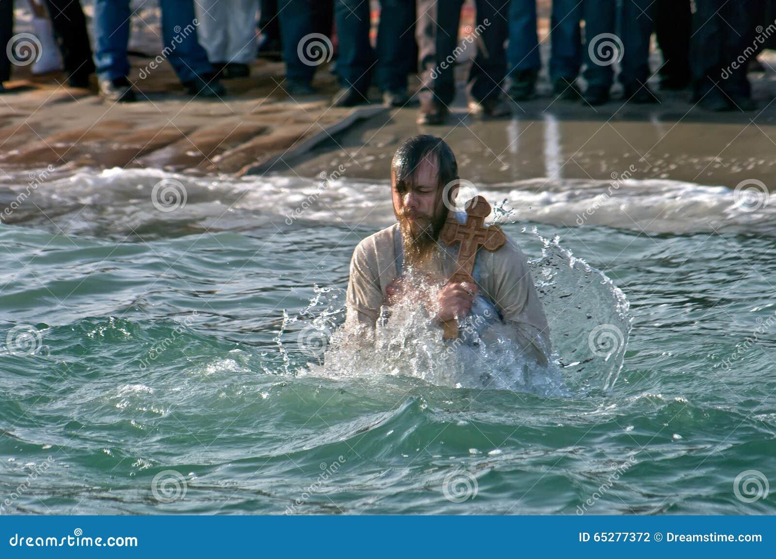 Peopls dopłynięcie w lodzie - zimnej wody Czarny morze podczas objawienia pańskiego w Ortodoksalnej tradyci (Święty chrzczenie)