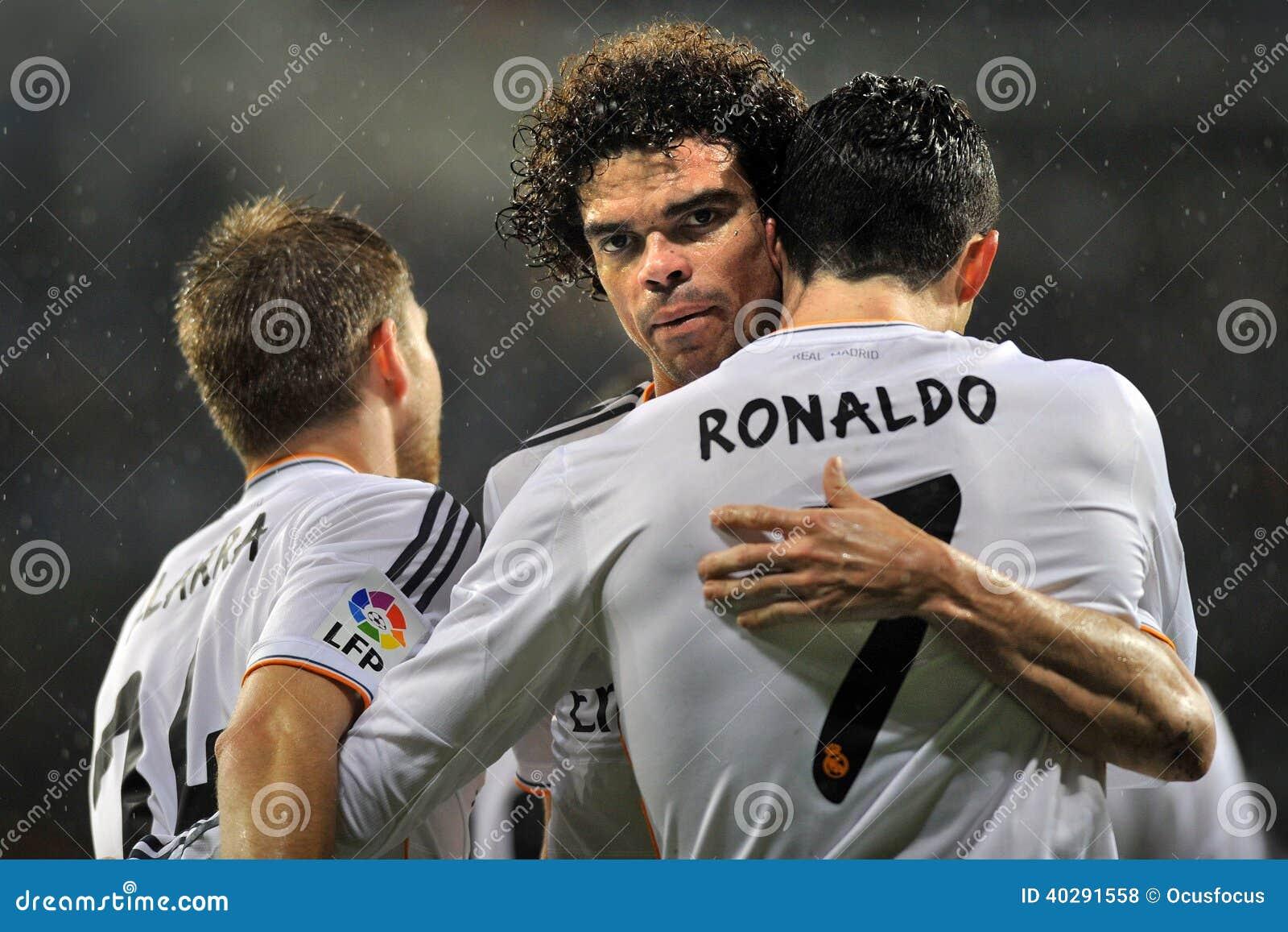 50e06d4a7 Pepe e Cristiano Ronaldo del Real Madrid che si abbracciano per celebrare  scopo