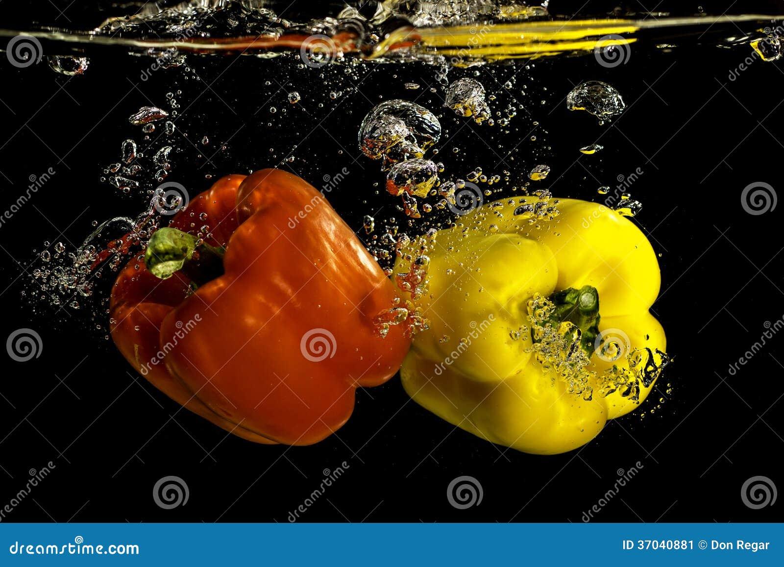 Peper die in Water vallen