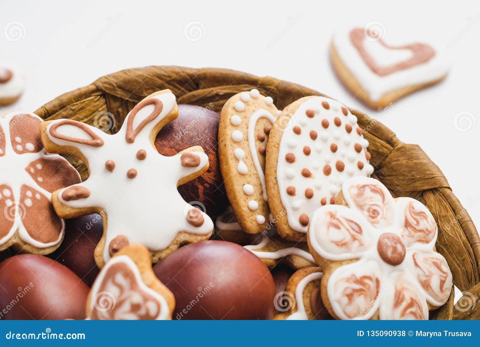 Peperkoekkoekjes in de vorm van een Paashaas, bloemen en harten, met wit en chocolade suikerglazuur-suiker, en Pasen wordt behand