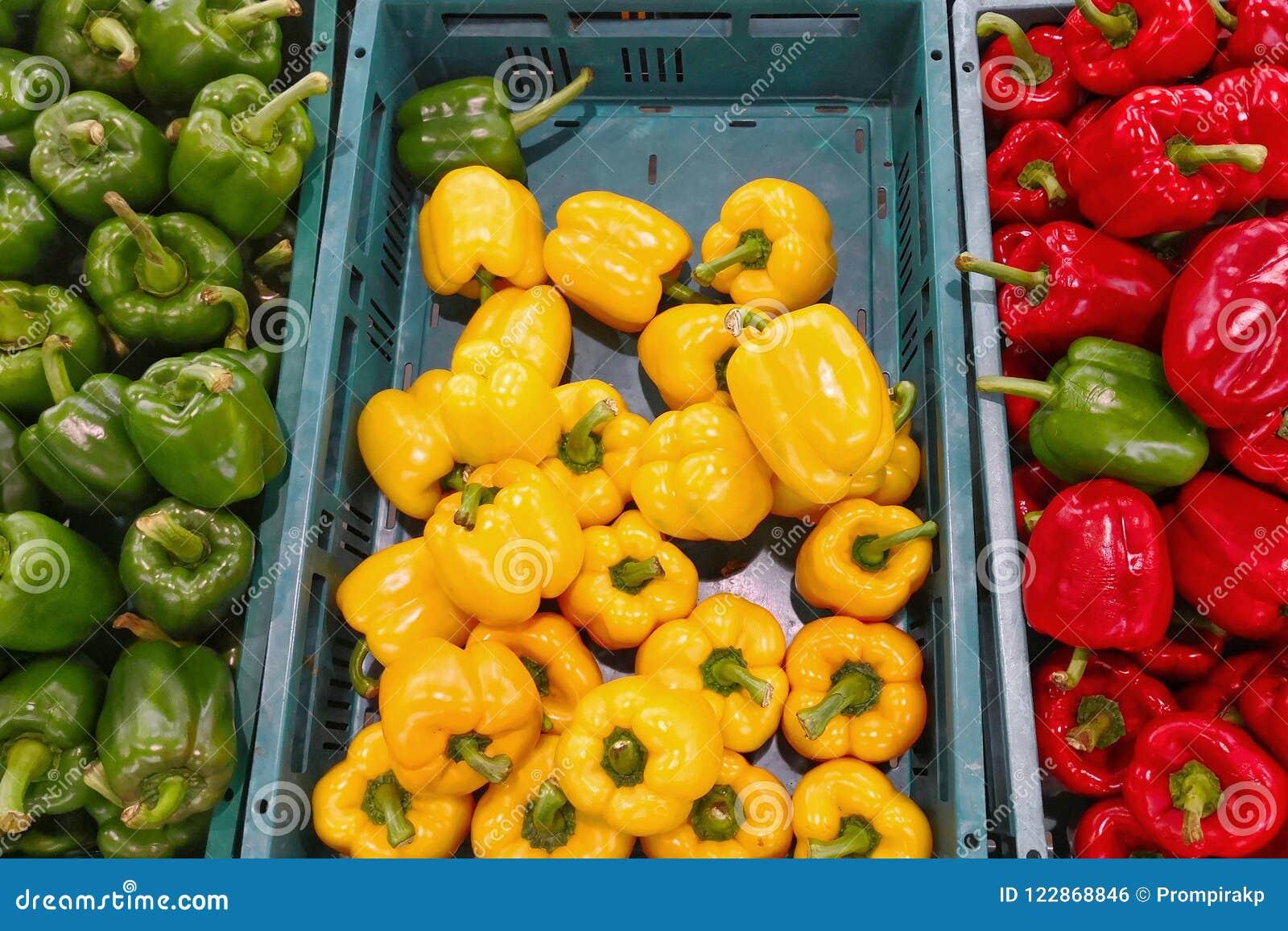 Peperone dolce giallo e verde rosso fresco sul mercato di strada