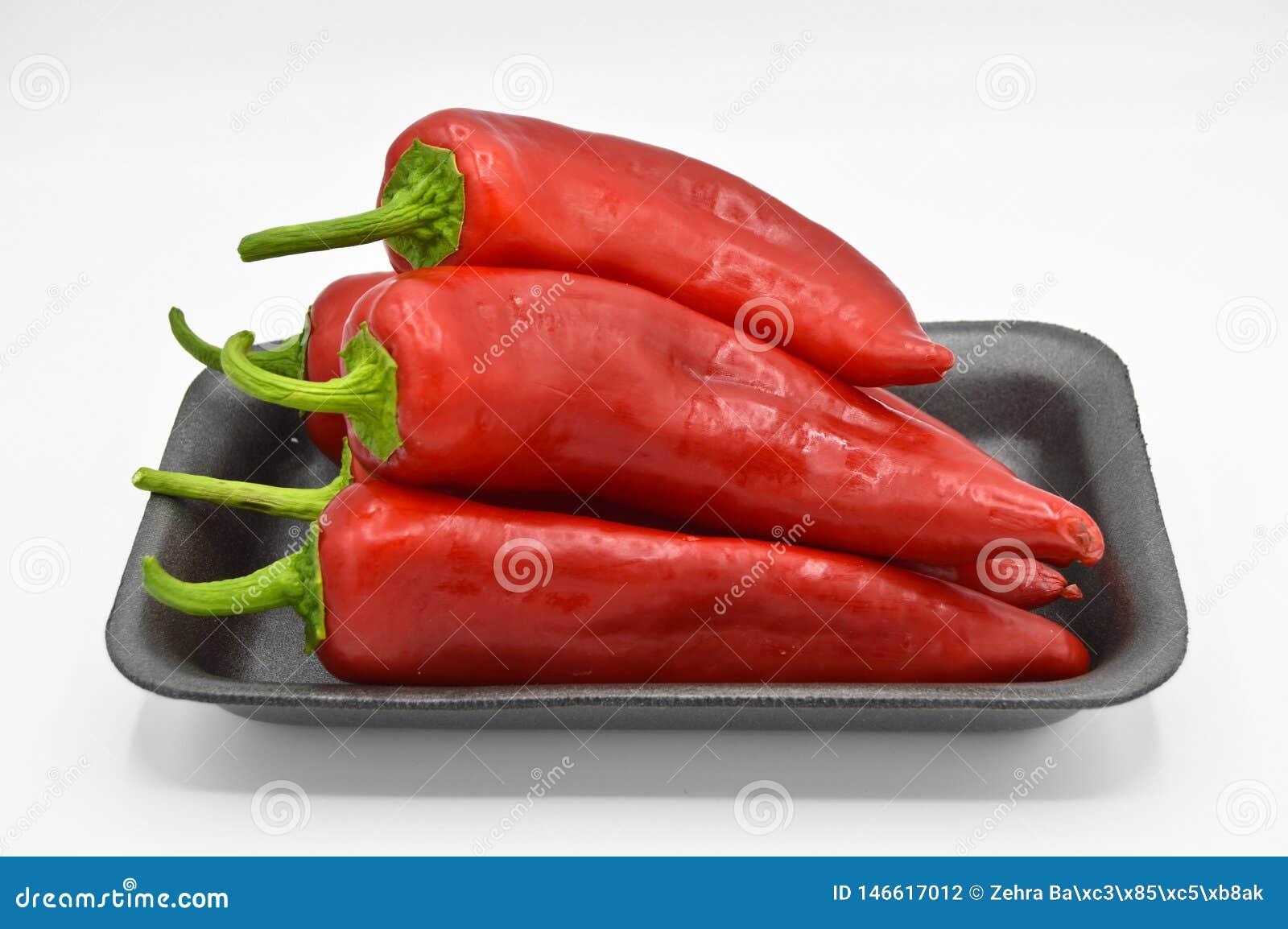 Peperoni di peperoncino rosso roventi Molto fresco e luminoso, in bande nere