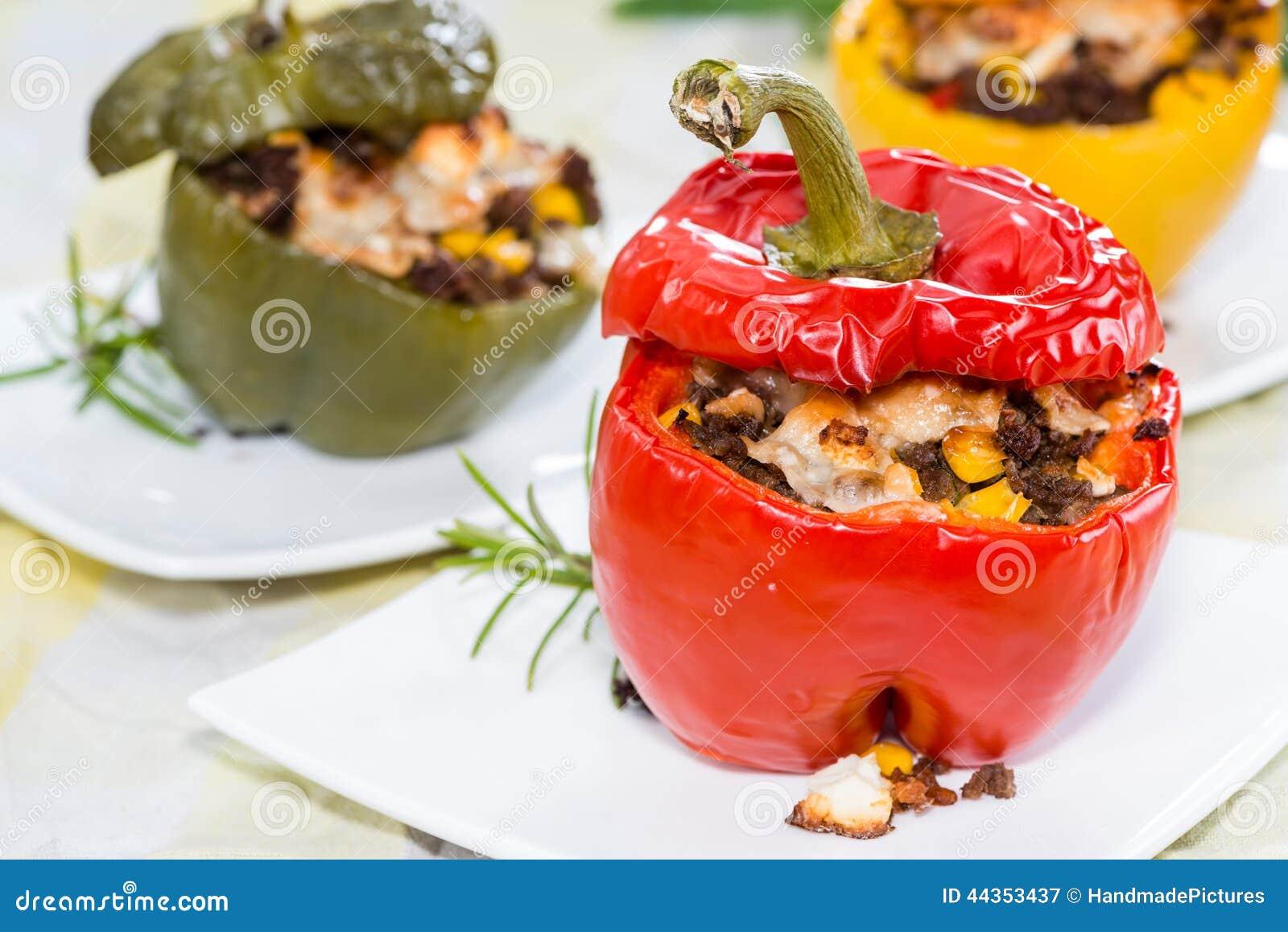 Peperoni farciti (con carne, le erbe ed il formaggio)