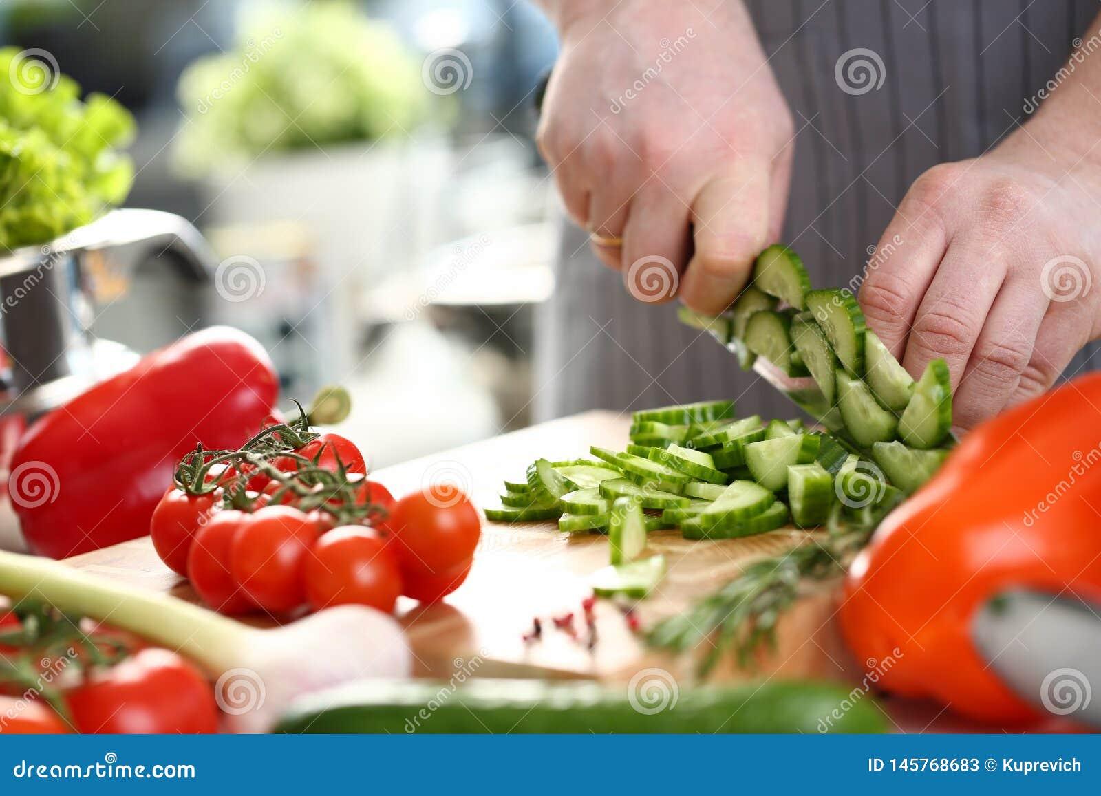 Pepino profissional de Hand Chopping Fresh do cozinheiro chefe